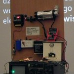 """Grzegorz Gorzaniak (pokaz """"Czy chodząc po podłodze możemy wytworzyć energię elektryczną? Czyli o zjawisku piezoelektrycznym słów kilka…"""")"""