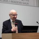 Prof. dr hab. Ludwik Dobrzyński wita uczestników finału w Instytucie Fizyki PAN